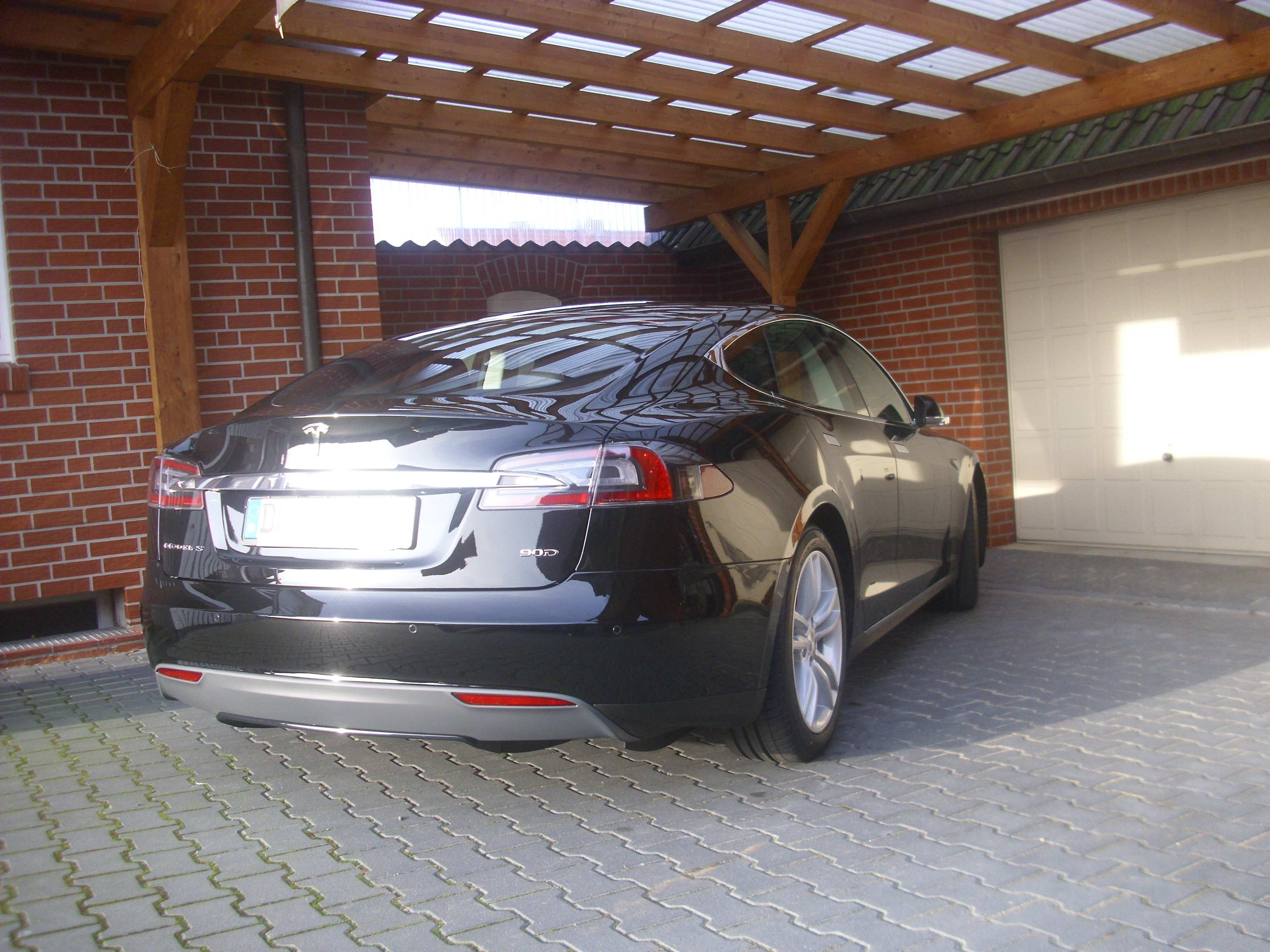 Model S ist ein häufiger Gast bei Frank Podscharly, Autopflege